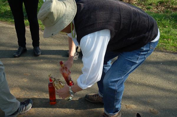 Andreas bereitet die Getränke vor