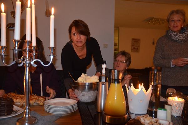 Barbara serviert das Dessert