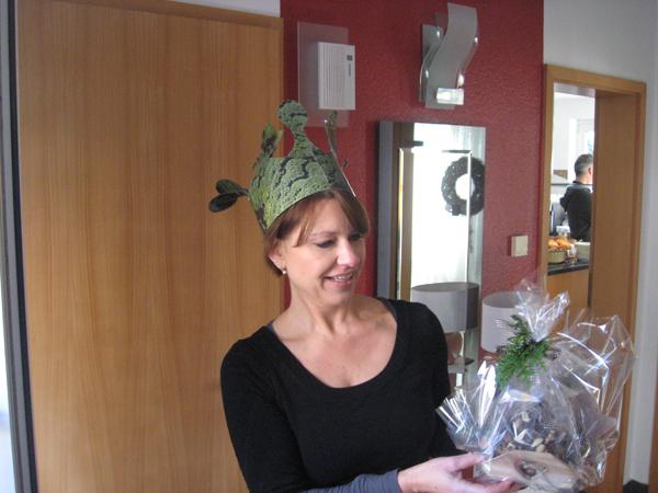Königin Barbara nimmt das Bestechungsgeschenk entgegen